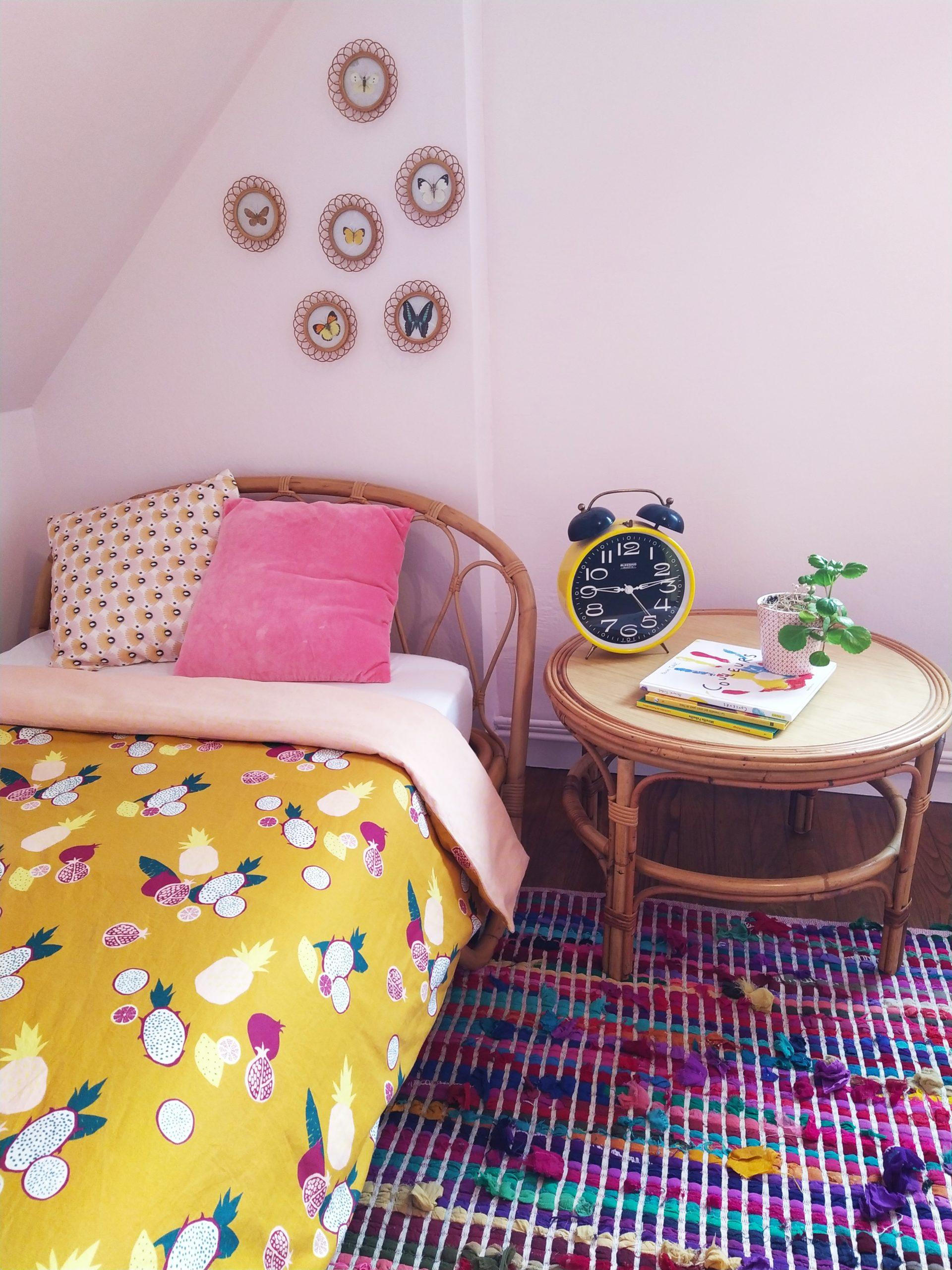 Chambre d'enfant douce et lumineuse.